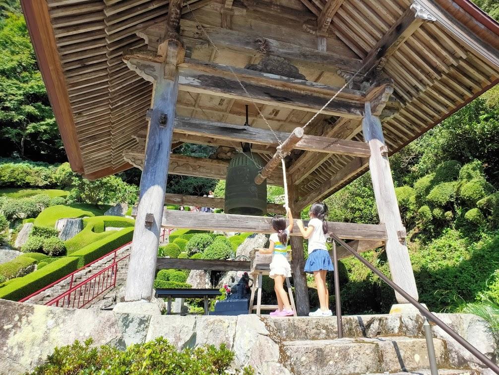 27番神峯寺の鐘楼と子供