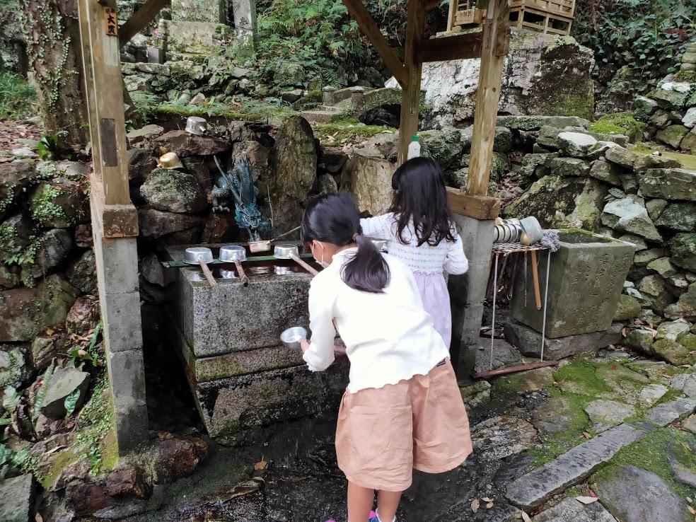 37番岩本寺の手水場と子供たち