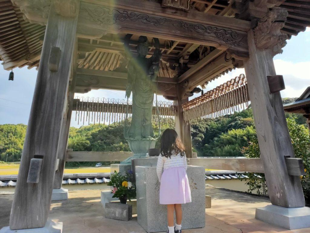 34番種間寺の水子地蔵と子供