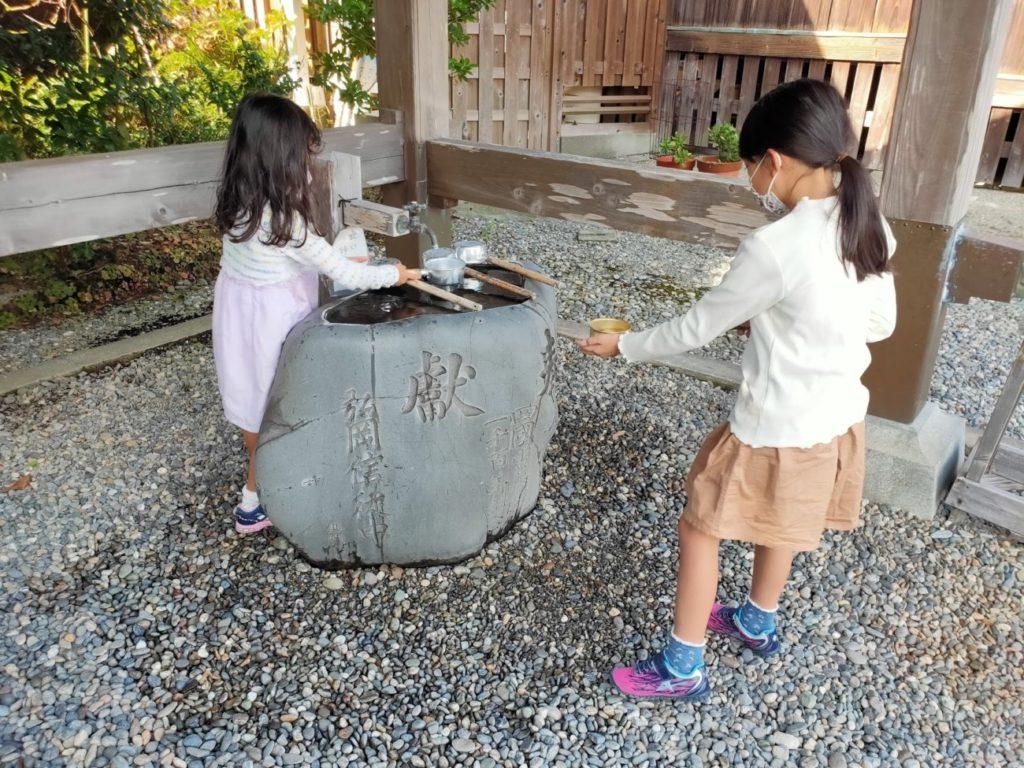 34番種間寺の手水場と子供