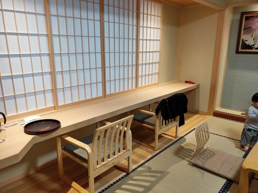 三翠園の部屋のカウンター席