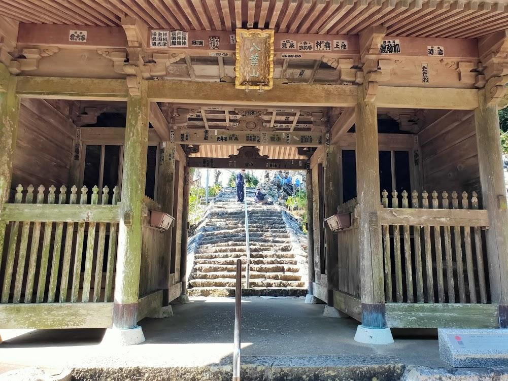 32番禅師峰寺の山門