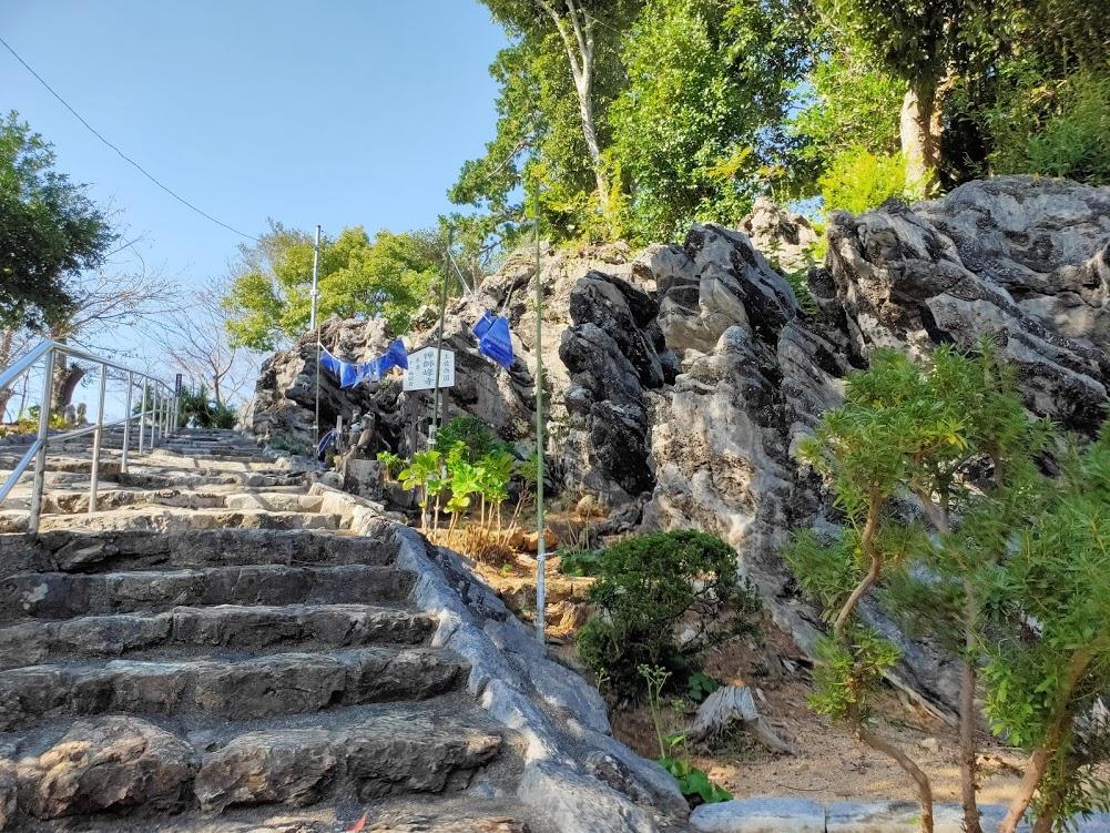 32番禅師峰寺の岩の階段