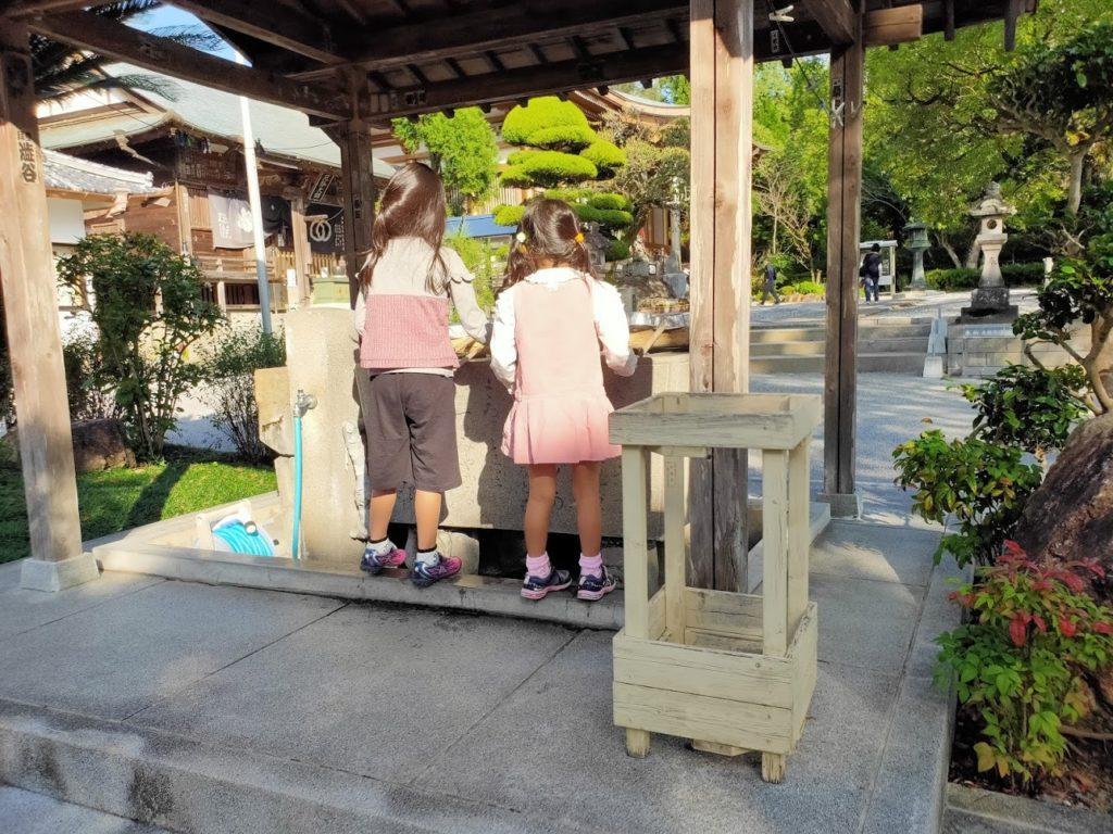 30番善楽寺の手水場と子ども