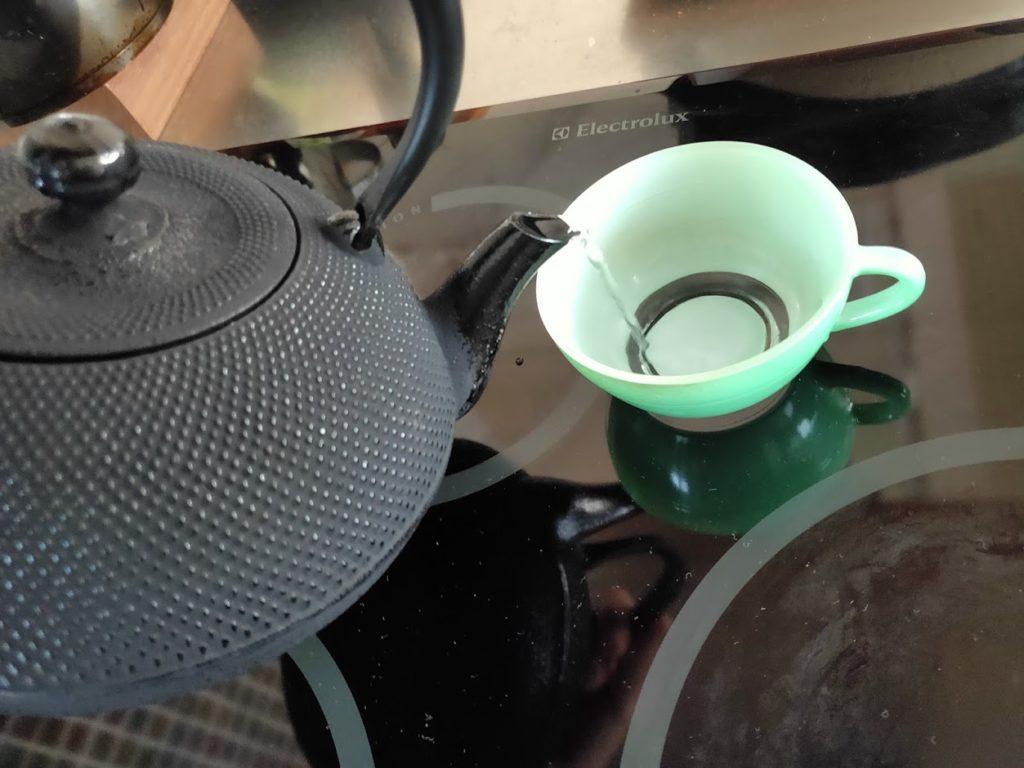 ふるさと納税2020年度の奥州市南部鉄瓶でカップに注ぐ
