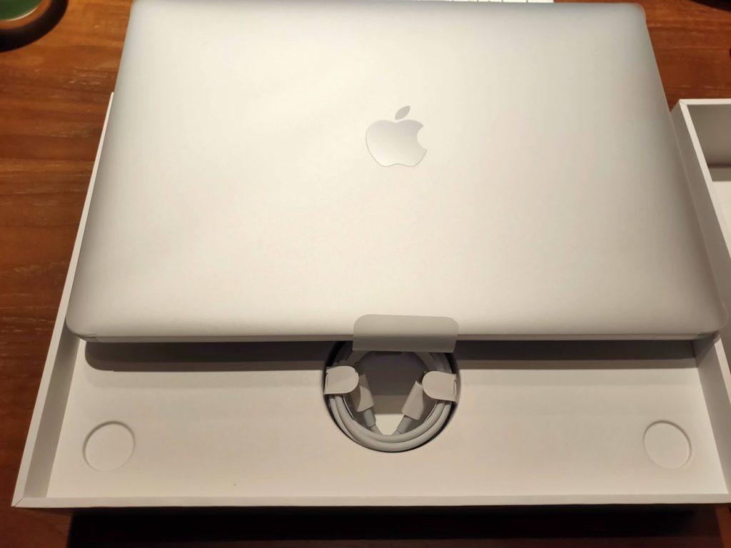 MacBookAirの本体とコード