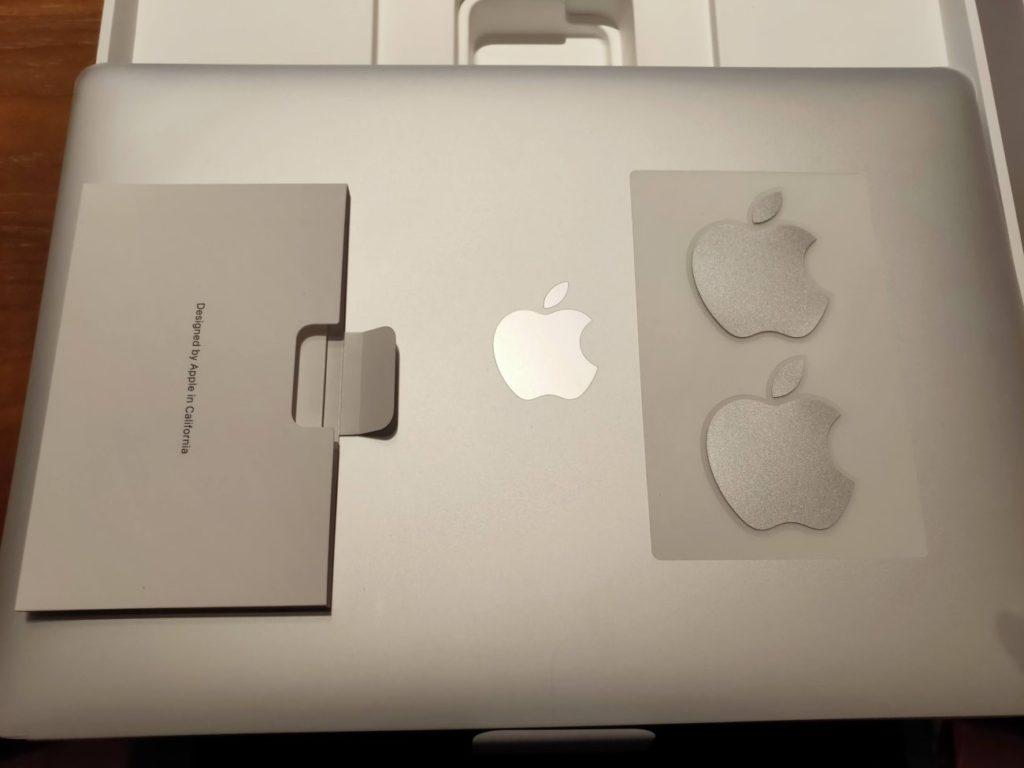 MacBookAirの本体とシール