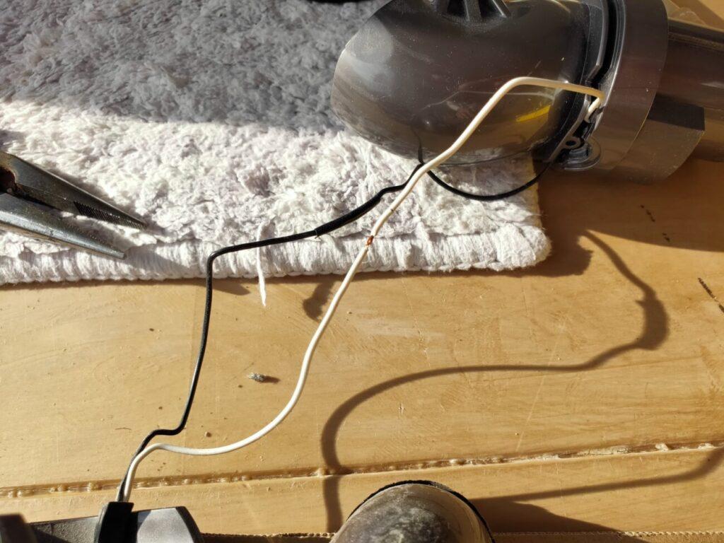 ダイソン掃除機ヘッドコード亀裂修理1