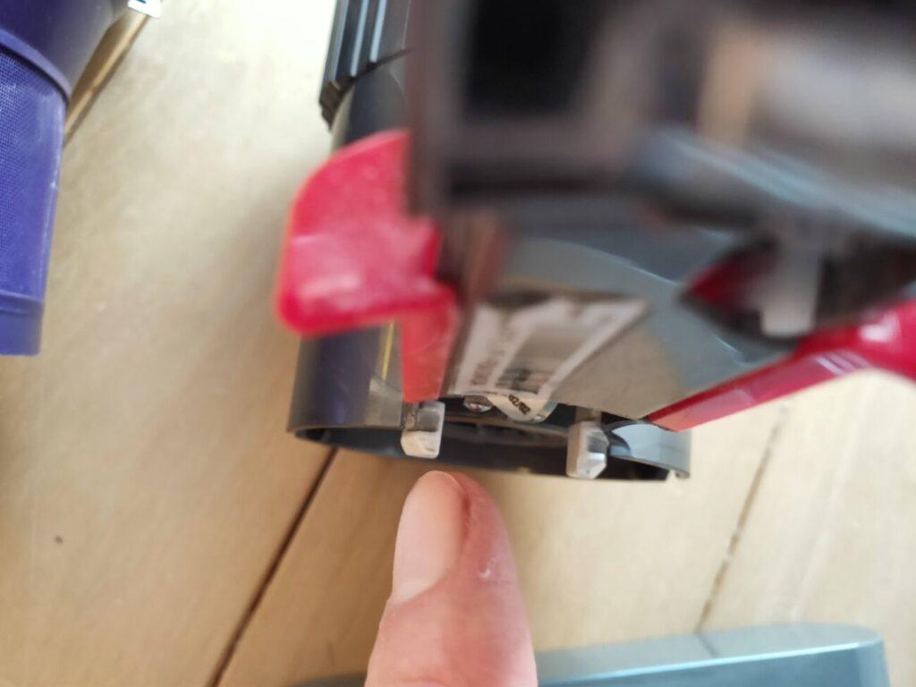 ダイソン掃除機分解モーターとサイクロンの掴み部分