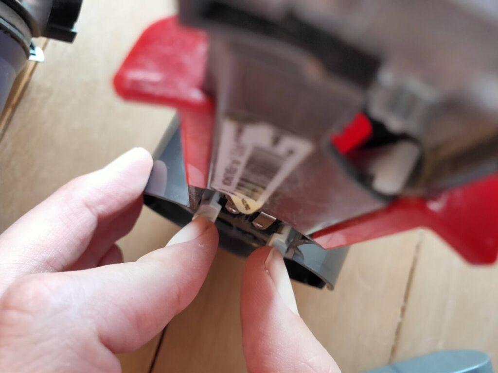 ダイソン掃除機分解モーターとサイクロンの掴み部分の外し方