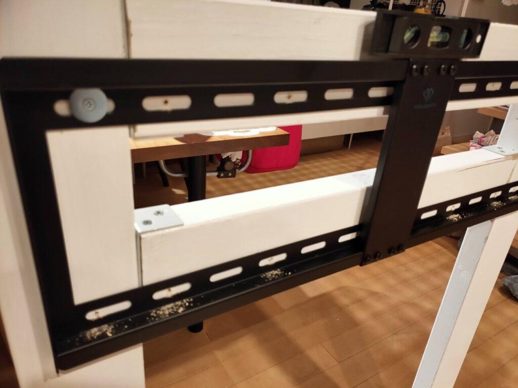 壁掛けテレビのDIYの木材に金具固定1