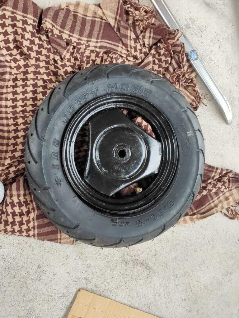 モトコンポのタイヤ組み込み完了