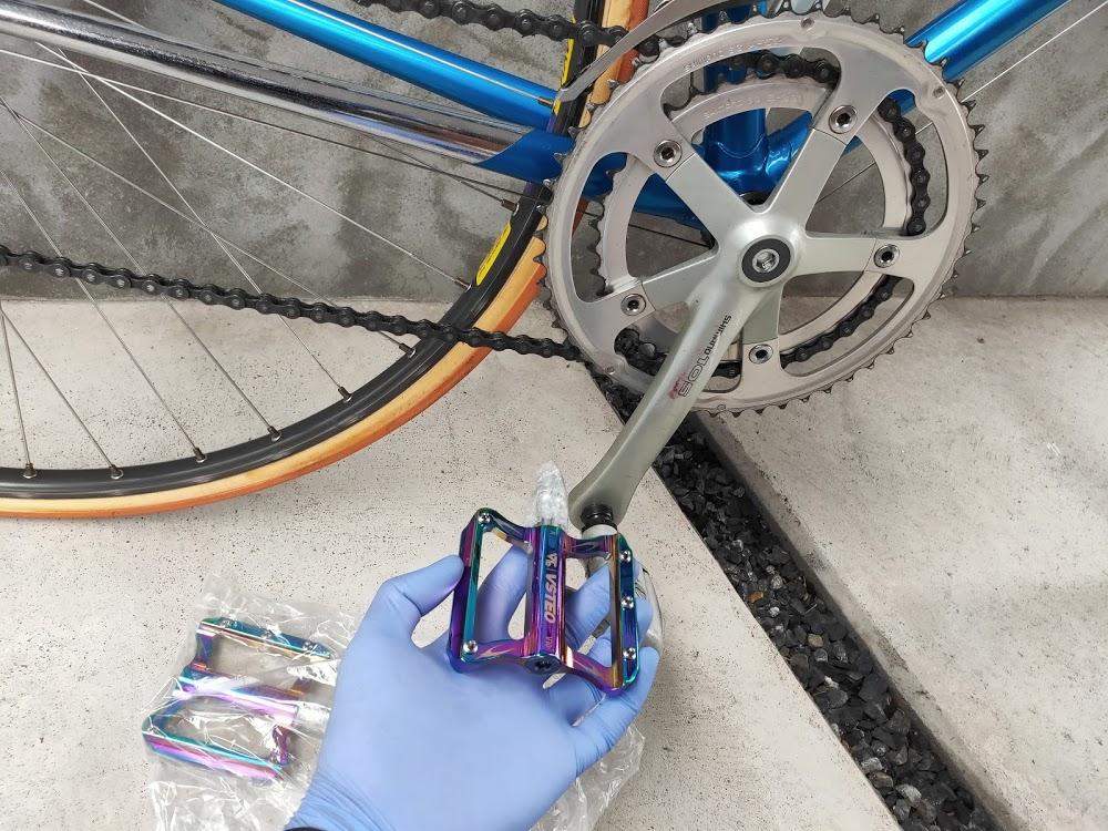 ロードバイクの新しいフラットペダルと自転車