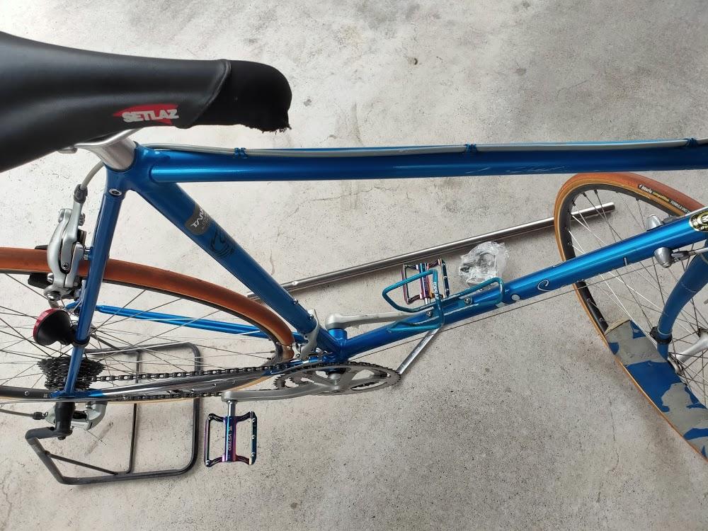 ロードバイクの新しいフラットペダル取り付け後上から