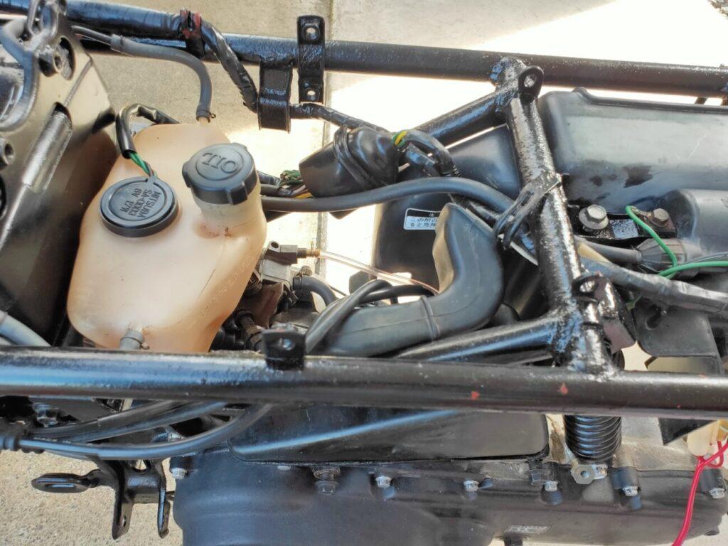 モトコンポのエアクリーナーフィルター上部吸気ホース