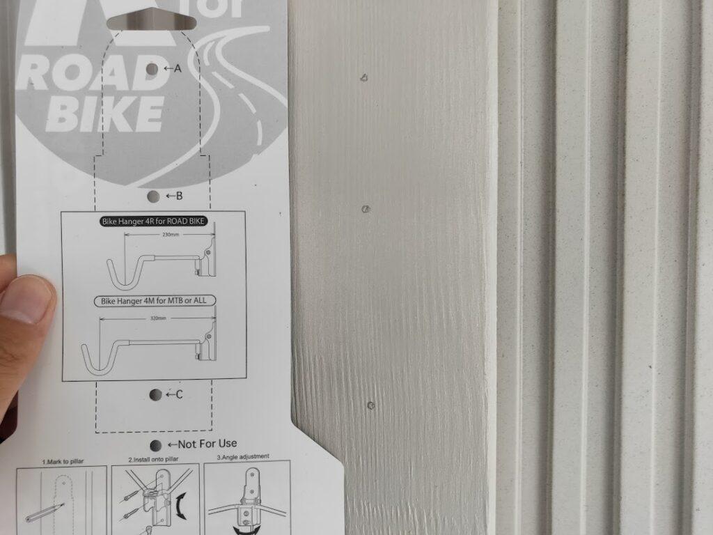 バイクハンガーの型紙穴を利用