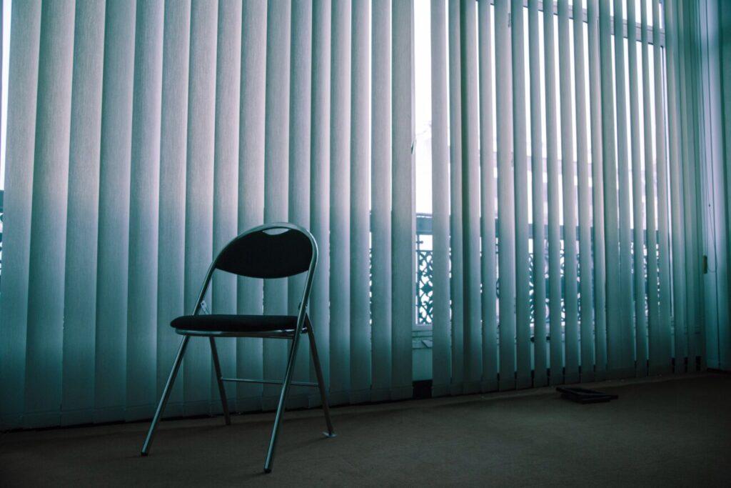 ブラインドと椅子